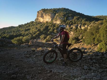 The downhill rocky trail in the area of Uttulu